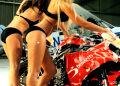 Modelki reklamują ubezpieczenia motocyklowe